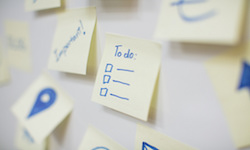Post-it with a to-do list for newcomers in Canada